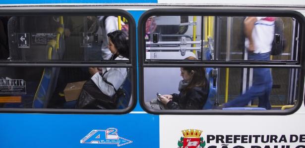 24.mai.2018 - Movimentação de passageiros no terminal de ônibus de Santo Amaro, na Zona Sul de SP, no 4º dia de protestos dos caminhoneiros. - Marcelo Justo/Folhapress