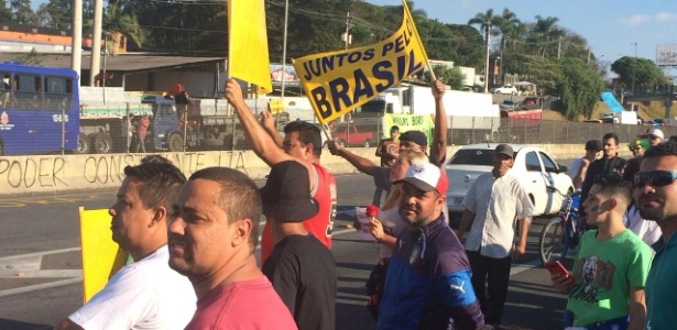 Paralisação de caminhoneiros na rodovia Régis Bittencourt, em São Paulo - Bruno Freitas/UOL