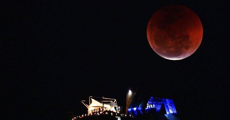 27.jul.18 - Eclipse visto sobre o Pão de Açúcar, no Rio de Janeiro