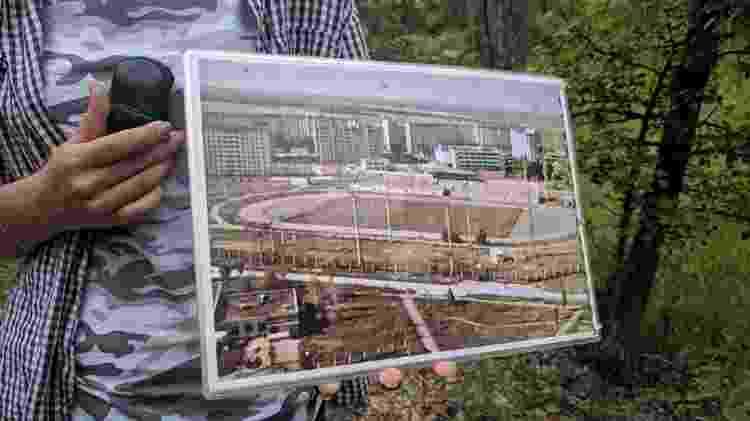 A guia mostra em uma foto a sede do time FC Stroitel Pripyat, abandonada após o maior desastre nuclear da história - Fernanda Ezabella/UOL