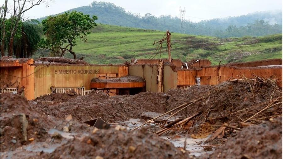 Imagem da escola de Bento Rodrigues, em Mariana, após ser destruída pela lama; reabertura de processo em Londres - Rogério Alves/TV Senado