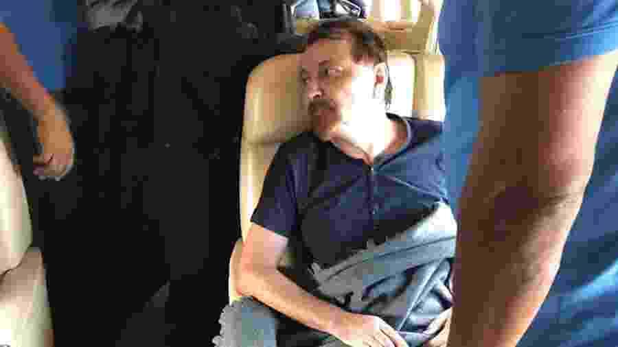 Cesare Battisti no voo que o levou de volta à Itália em janeiro - AFP