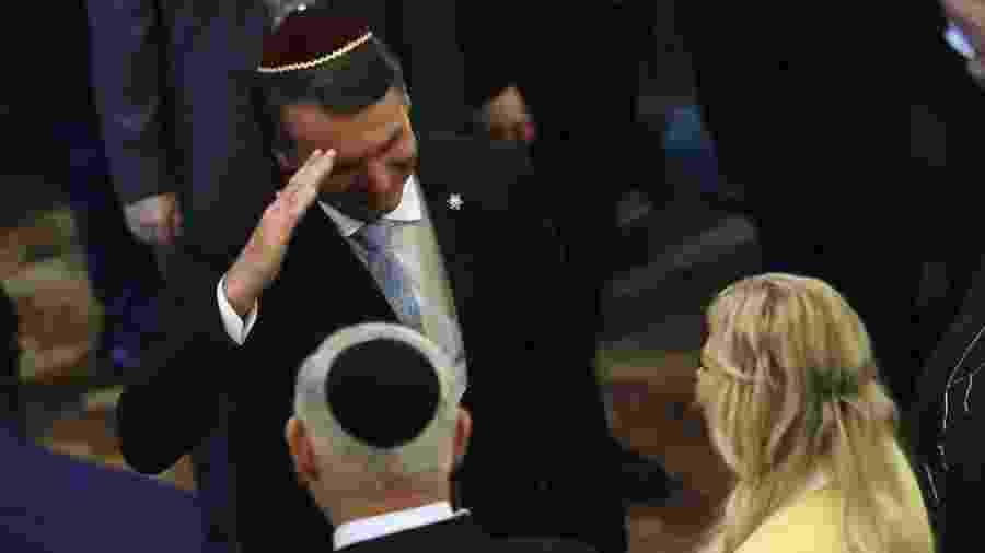 Em foto de dezembro, Jair Bolsonaro cumprimenta Benjamin Netanyahu e sua mulher em visita do premiê ao Rio de Janeiro - Getty Images