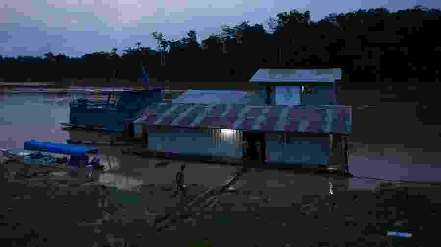 Base flutuante de fiscalização da Funai na confluência dos rios Ituí-Itacoaí, no Amazonas, foi um dos alvos dos disparos na atual escalada de ataques na região - Bruno Kelly/Amazonia Real