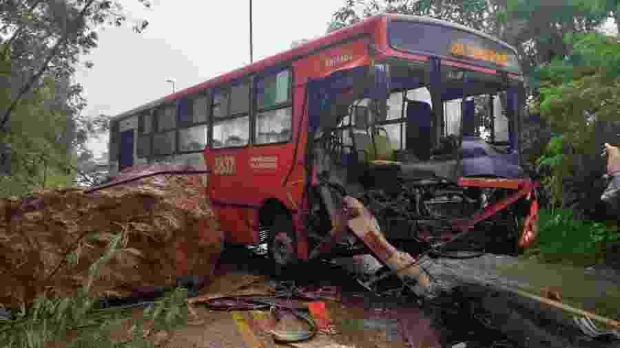 17.jan.2020 - Ônibus é atingido por uma pedra na Grande Belo Horizonte, em deslizamento provocado elas chuvas na capital mineira - Divulgação Corpo de Bombeiros
