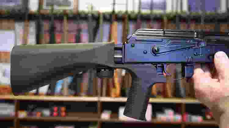 Rifle semiautomático fotografado em loja de armas nos Estados Unidos - George Frey/Getty Images - George Frey/Getty Images