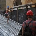 9.ago.2020 - Manifestante tenta acessar área do parlamento libanês no centro de Beirute neste domingo - Joseph Eid/AFP
