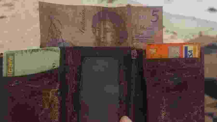 Carteira perdida por um homem chamado Paul Davis durante o réveillon de 1994 - Reprodução/Twitter