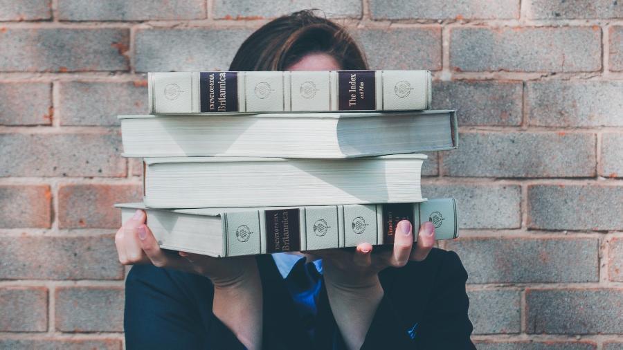 Veja se você pode deduzir despesas com livros, material escolar e uniformes na declaração do Imposto de Renda - Siora Photography/Unsplash