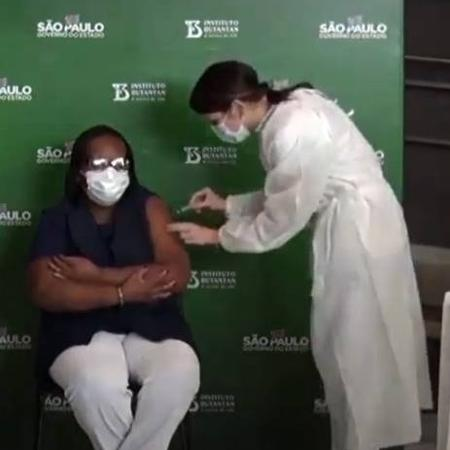 Mônica Calazans recebe segunda dose da CoronaVac - Reprodução/YouTube