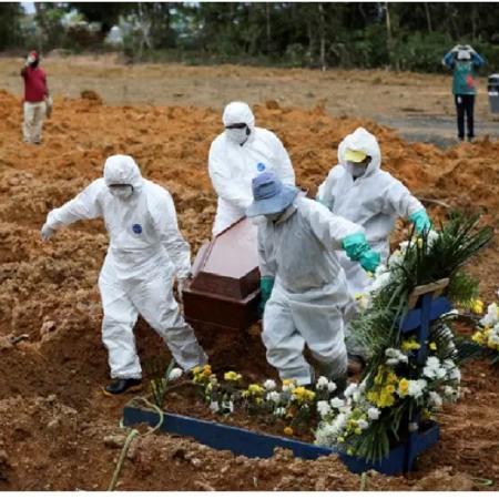 Enterro no cemitério Parque Taruma, em Manaus; The Washington Post chama atenção para recorde de óbitos por covid-19 no Brasil - Bruno Kelly/Reuters