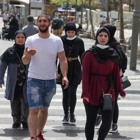 Mais de 100 palestinos e cerca de 20 policiais israelenses ficaram feridos na madrugada de quinta para sexta-feira - Menahem Kahana/AFP