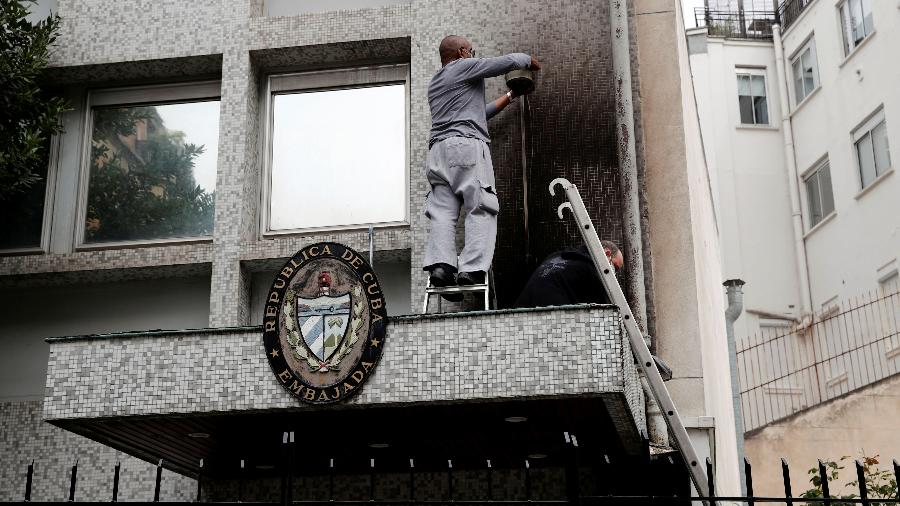 Embaixada cubana em Paris após relato de ataque com coquetéis molotov  - Benoit Tessier/Reuters