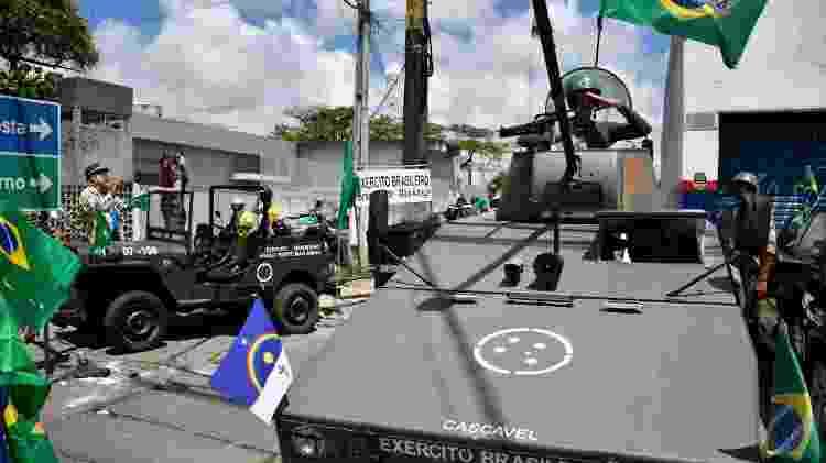 Grupo de apoiadores do presidente Jair Bolsonaro (sem partido) promove uma carreata em apoio ao governo federal pela avenida Mascarenhas de Moraes, na zona sul do Recife - Júlio Gomes/LeiaJá Imagens/Estadão Conteúdo - Júlio Gomes/LeiaJá Imagens/Estadão Conteúdo