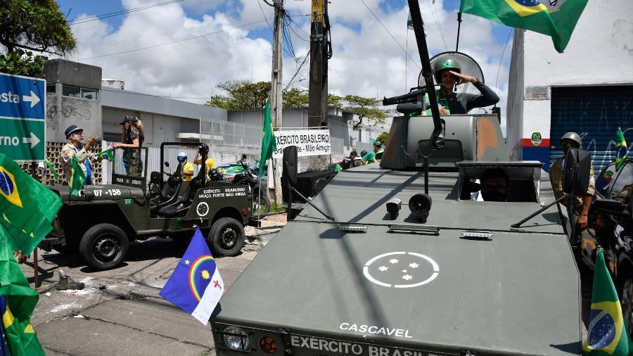 Grupo de apoiadores do presidente Jair Bolsonaro (sem partido) promove uma carreata em apoio ao governo federal pela avenida Mascarenhas de Moraes, na zona sul do Recife - Júlio Gomes/LeiaJá Imagens/Estadão Conteúdo