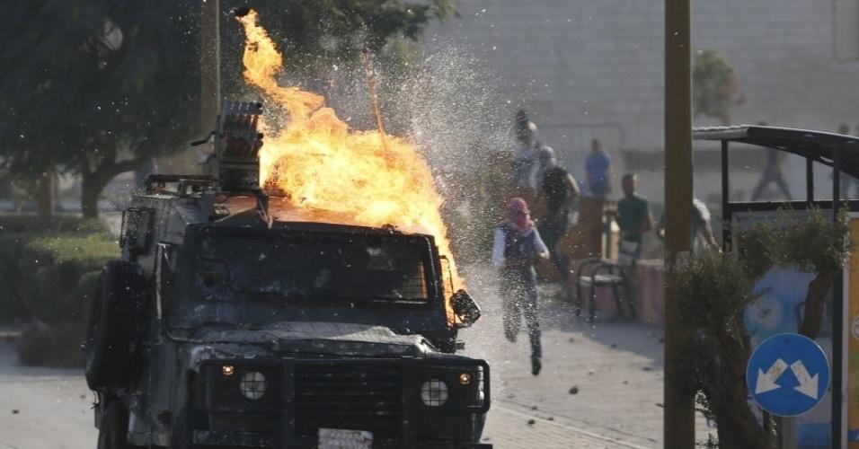 17.out.2015 - Um veículo das forças de segurança de Israel foi atingido por um coquetel molotov atirado por manifestantes palestinos durante confrontos perto do assentamento de Beit El, nos arredores de Ramallah, na Cisjordânia. Três palestinos foram mortos hoje por israelenses em diferentes episódios