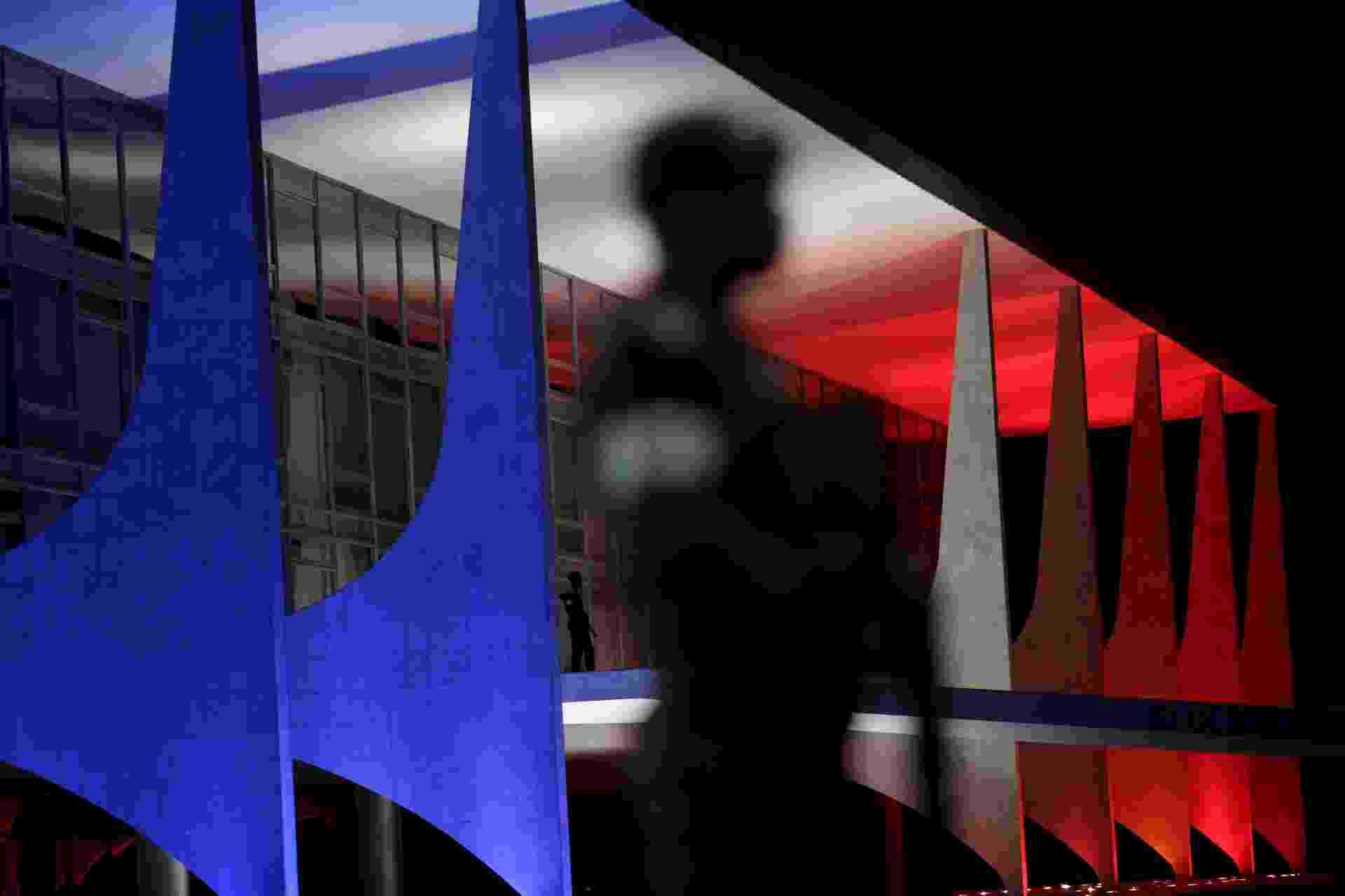 """14.nov.2015 - O Palácio do Planalto, em Brasília, é iluminado com as cores da bandeira francesa, em homenagem às vítimas da série de atentados cometidos na sexta-feira em Paris, e que deixou pelo menos 129 mortos. O Estado Islâmico assumiu a autoria dos ataques, afirmando ser """"apenas o começo da tempestade"""" - Ueslei Marcelino/Reuters"""