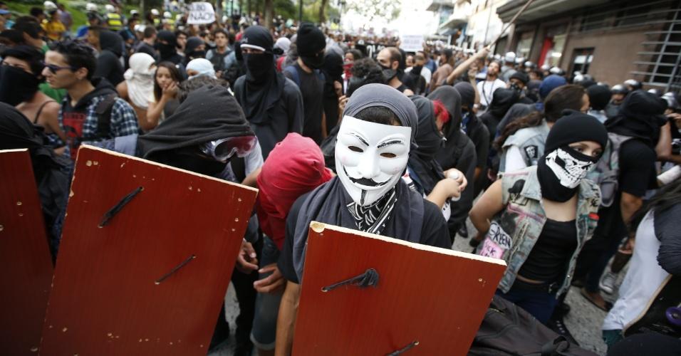 8.jan.2016 - Manifestante usa máscara durante protesto contra o aumento do valor da tarifa do transporte público em São Paulo, no centro da capital paulista. Neste sábado (9), tarifa passa de R$ 3,50 para R$ 3,80