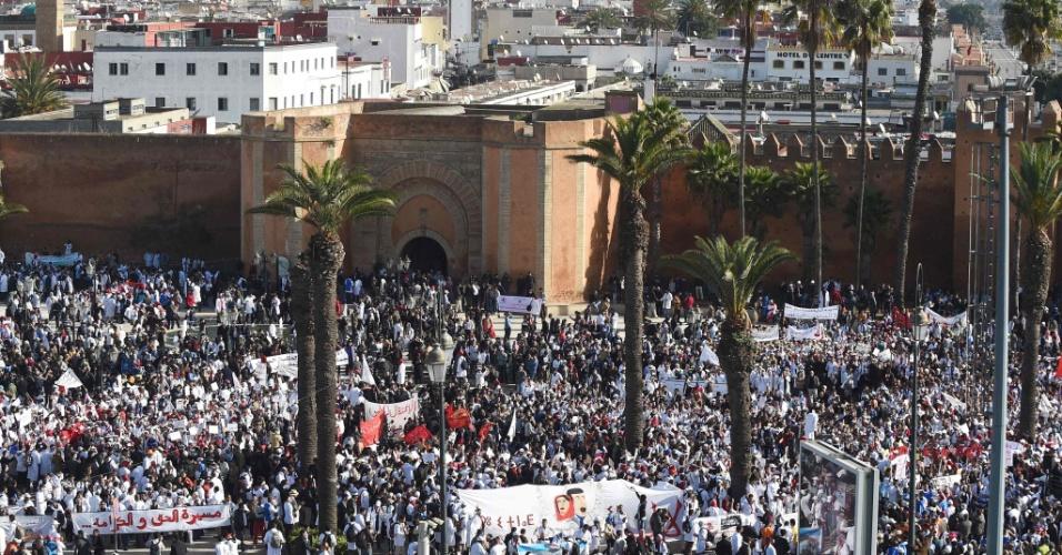 24.jan.2016 - Professores participam de um comício em Rabat, no Marrocos, para protestar contra a violência policial e os cortes orçamentais propostos pelo governo para a área da educação