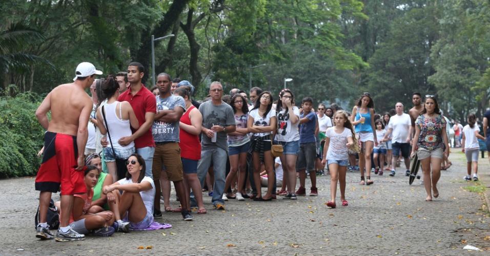 24.jan.2016 - Público encara fila para comparecer ao primeiro dia de reabertura do Planetário do Ibirapuera, em São Paulo. A atração estava desativada desde 2013, quando uma centelha de raio atingiu a rede elétrica
