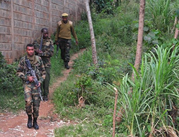Membros do Serviço de Conservação da Vida Selvagem do Quênia com armas com tranquilizantes patrulham zonas de Nairóbi em busca de dois leões