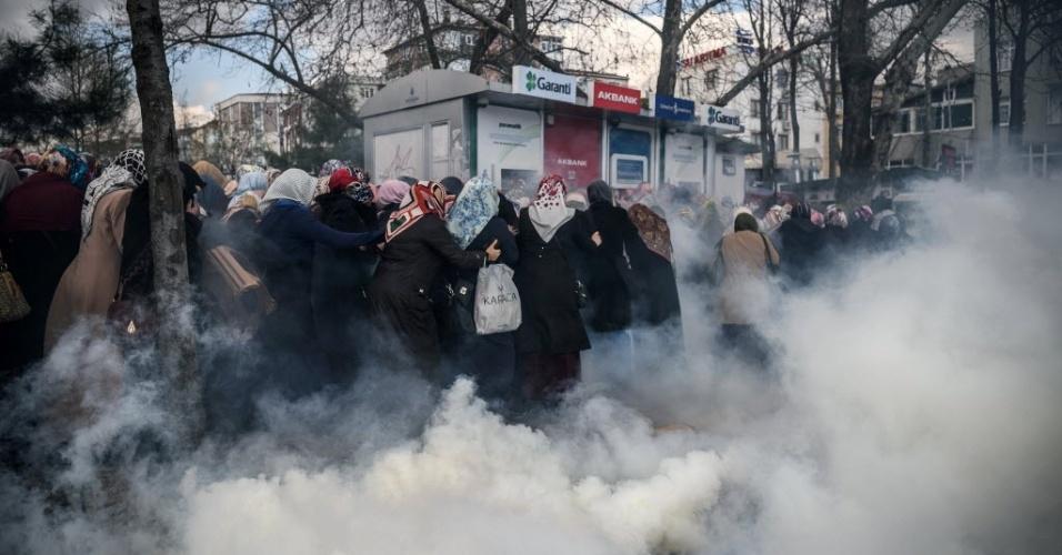 """5.mar.2016 - Polícia turca usa gás lacrimogênio para dispersar apoiadores do jornal """"Zaman"""", em frente à sede do periódico, em Istambul. Agentes da polícia invadiram na noite de sexta-feira (4) a redação do jornal """"Zaman"""", crítico ao governo da Turquia e que está sob intervenção por acusação de pertencer à rede do líder religioso Fetullah Güllen, considerado como terrorista pelas autoridades locais. Os agentes entraram na redação enquanto os jornalistas preparavam a edição deste sábado do jornal, que foi publicado com a manchete: """"A Constituição em perigo"""""""