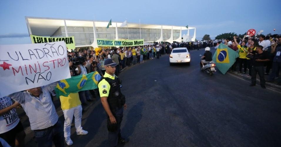 16.mar.2016 - Manifestantes cercam o Palácio do Planalto, em Brasília, durante protesto contra a nomeação de Luiz Inácio Lula da Silva (PT), investigado pela Lava Jato, a ministro da Casa Civil