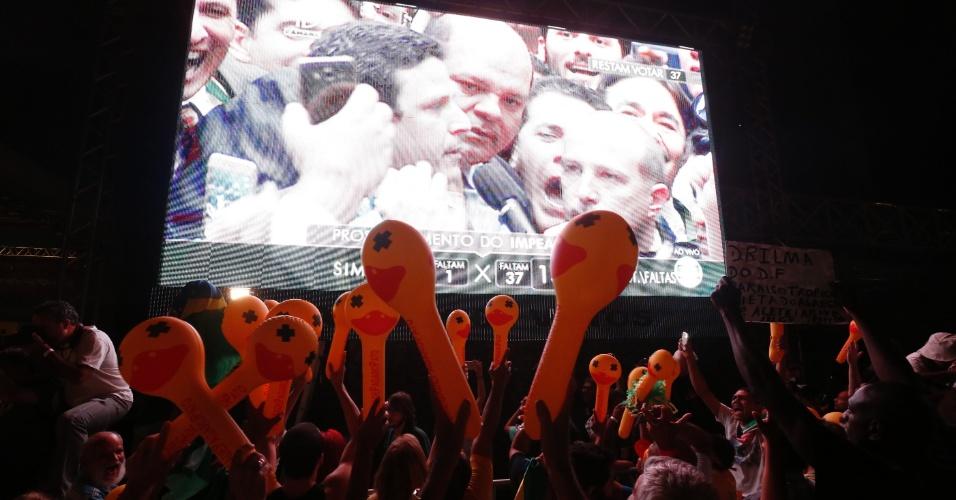 """17.abr.2016 - Manifestantes comemoram o 342º voto pelo """"sim"""" dado pelo deputado federal pernambucano Bruno Araújo (PSDB) na avenida Paulista, região central de São Paulo"""