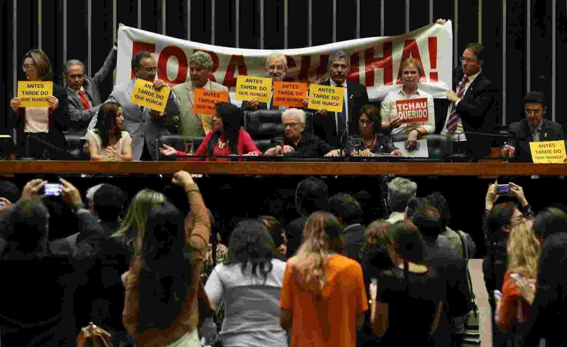 5.mai.2016 - A deputada federal Luiza Erundina (PSOL-SP) preside sessão no plenário da Câmara, em Brasília, sem o serviço de áudio, e tendo ao fundo deputados da oposição ao presidente afastado da Casa, Eduardo Cunha (PMDB- RJ), exibindo cartazes de protesto, após encerramento de sessão extraordinária pelo deputado Waldir Maranhão (PP-MA), que assume interinamente a presidência da Câmara - André Dusek/Estadão Conteúdo