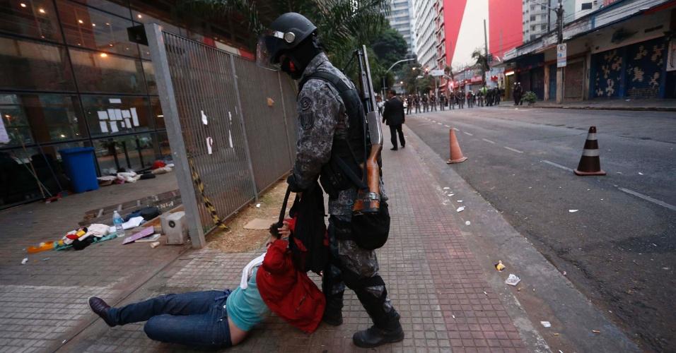 6.mai.2016 - PM arrasta estudante que ocupava Centro Paula Souza, no Centro de São Paulo
