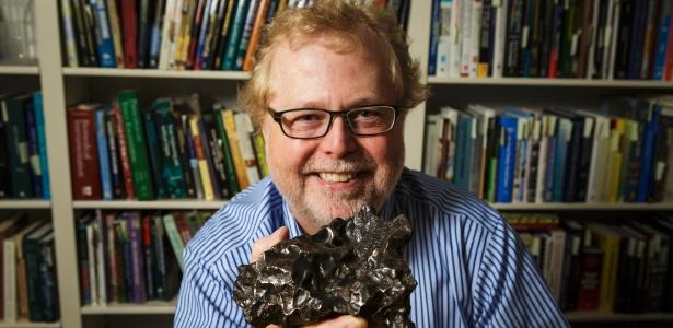 Ex-chefe de tecnologia da Microsoft segura um meteorito em Bellevue, em Washington