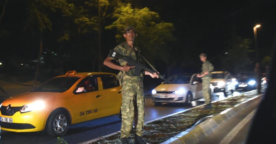15.jul.2016 - Soldado turco monta guarda ao lado de uma estrada em Istambul. O primeiro-ministro da Turquia, Binali Yildirim, afirmou em rede nacional nesta sexta-feira (15) que o país passa por uma tentativa de golpe militar. Segundo relatos de testemunhas, as pontes sobre o Estreito de Bósforo, em Istambul, foram fechadas. Tanques, caças e militares foram vistos em Istambul e em Ancara, a capital do país. Há relatos de tiros disparados em Ancara