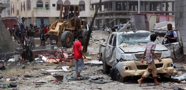 Iemenitas inspecionam local de atentado reivindicado pelo Estado Islâmico em Áden - Saleh Al-Obeidi/ AFP