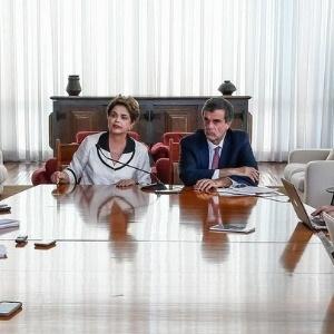 A ex-presidente Dilma Rousseff, ao lado do advogado José Eduardo Cardozo, dá entrevista a jornalistas - Reprodução - 2.set.2016/Twitter