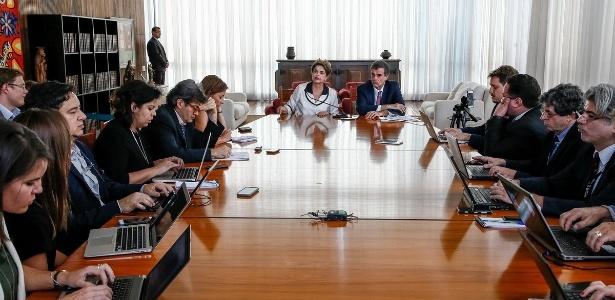 A ex-presidente Dilma Rousseff, ao lado do advogado José Eduardo Cardozo, dá entrevista a jornalistas estrangeiros no Palácio da Alvorada