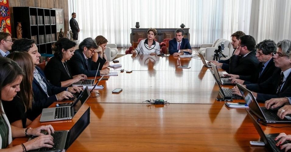 2.set.2016 - A ex-presidente Dilma Rousseff, ao lado do advogado José Eduardo Cardozo, dá entrevista a jornalistas estrangeiros no Palácio da Alvorada