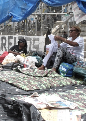 13.dez.2016 - Servidores decidiram acampar em frente à Alerj, em protesto contra o pacote anticrise do governo do RJ