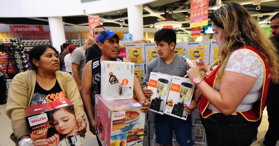 6.jan.2017 - Clientes compram produtos na promoção anual da rede varejista Magazine Luiza na loja da Marginal Tietê, em São Paulo, nesta sexta-feira (6). Dezenas passaram a madrugada na fila aguardando a abertura das portas, às 6h