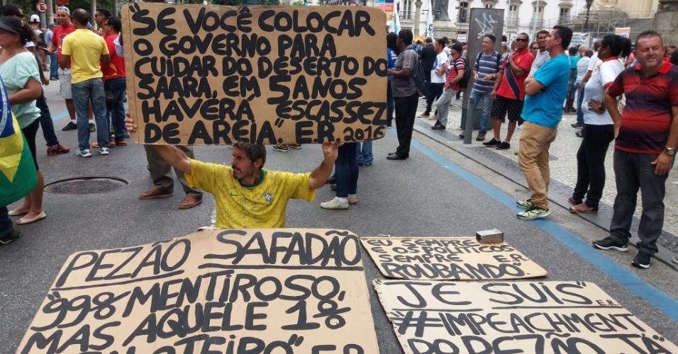 1°.fev.2017 - Grupo de manifestantes se posiciona em frente à Alerj (Assembleia Legislativa do Rio de Janeiro). O Muspe (Movimento Unificado dos Servidores Públicos Estaduais) marcou para esta quarta-feira um protesto contra o pacote anticrise proposto pelo governo estadual