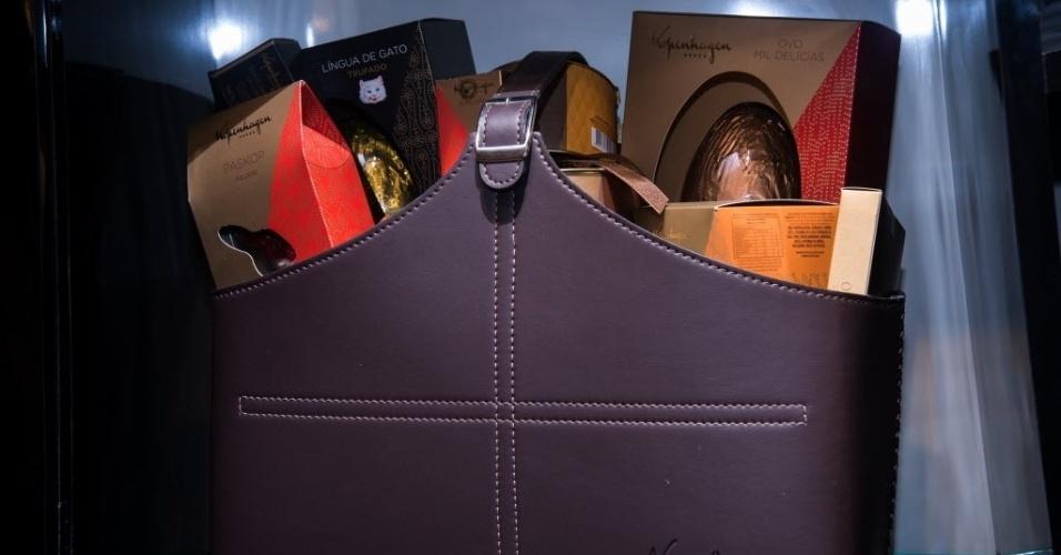 A cesta da Kopenhagen tem produtos como o Ovo Língua de Gato trufado, cenouras e coelhos de chocolate. O preço sugerido é de de R$ 690