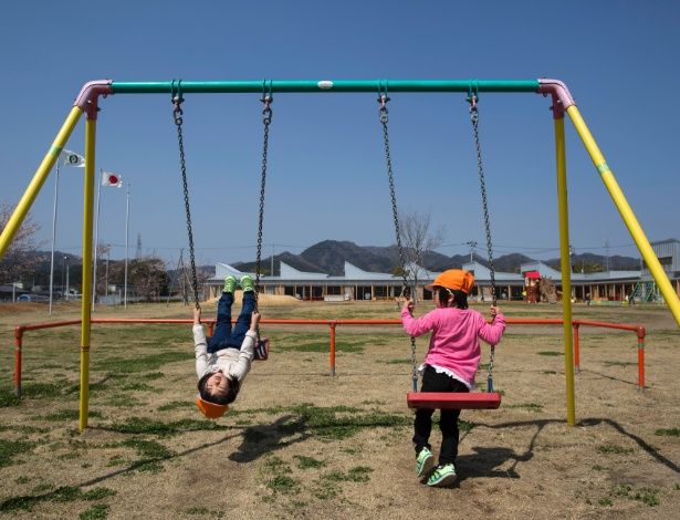 Crianças brincam na área de lazer da escola, em Nahara, no Japão