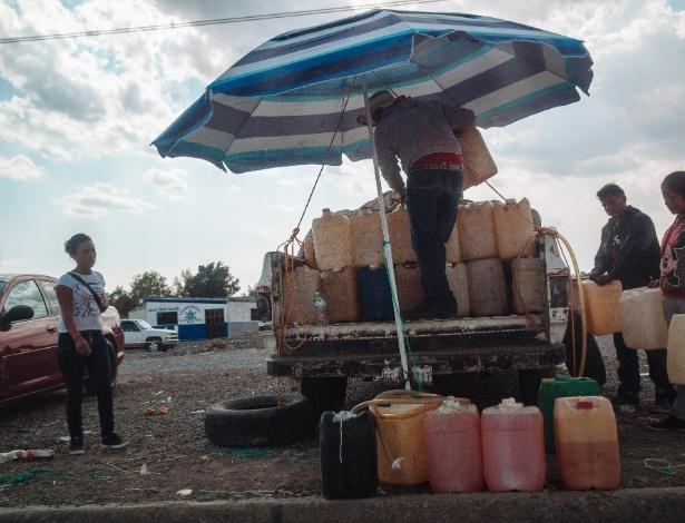 27.mar.2017 - Homem vendendo combustível em mercado negro em San Salvador Huixcolotla, no México - RODRIGO CRUZ/NYT
