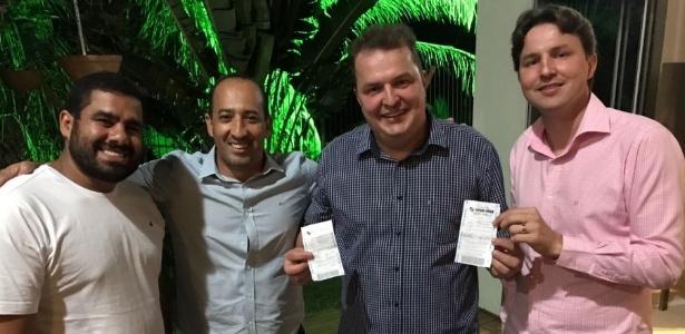O prefeito Alexandre Russi (à direita) comemora prêmio da Mega-Sena