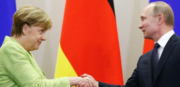 2.mai.2017 - O presidente russo, Vladimir Putin, e a chanceler alemã, Angela Merkel, se cumprimentam durante entrevista coletiva em Sochi, na Rússia