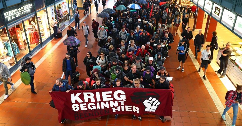 """6.jul.2017 - Ativistas carregam uma faixa onde se lê """"a guerra começa aqui"""" ao chegarem na estação de trem de Hamburgo, cidade alemã onde ocorre o encontro do G20"""