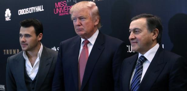 Imagem de 2013 mostra Emin Agalarov (esq.), Donald Trump (centro) e Aras Agalarov (dir.) durante entrevista sobre o concurso Miss Universo 2013, em Moscou