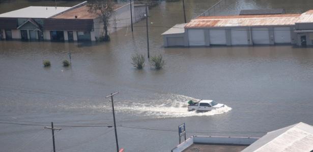 31.ago.2017 - Carro atravessa região inundada após a passagem da tempestade tropical Harvey, perto de Houston, no Texas