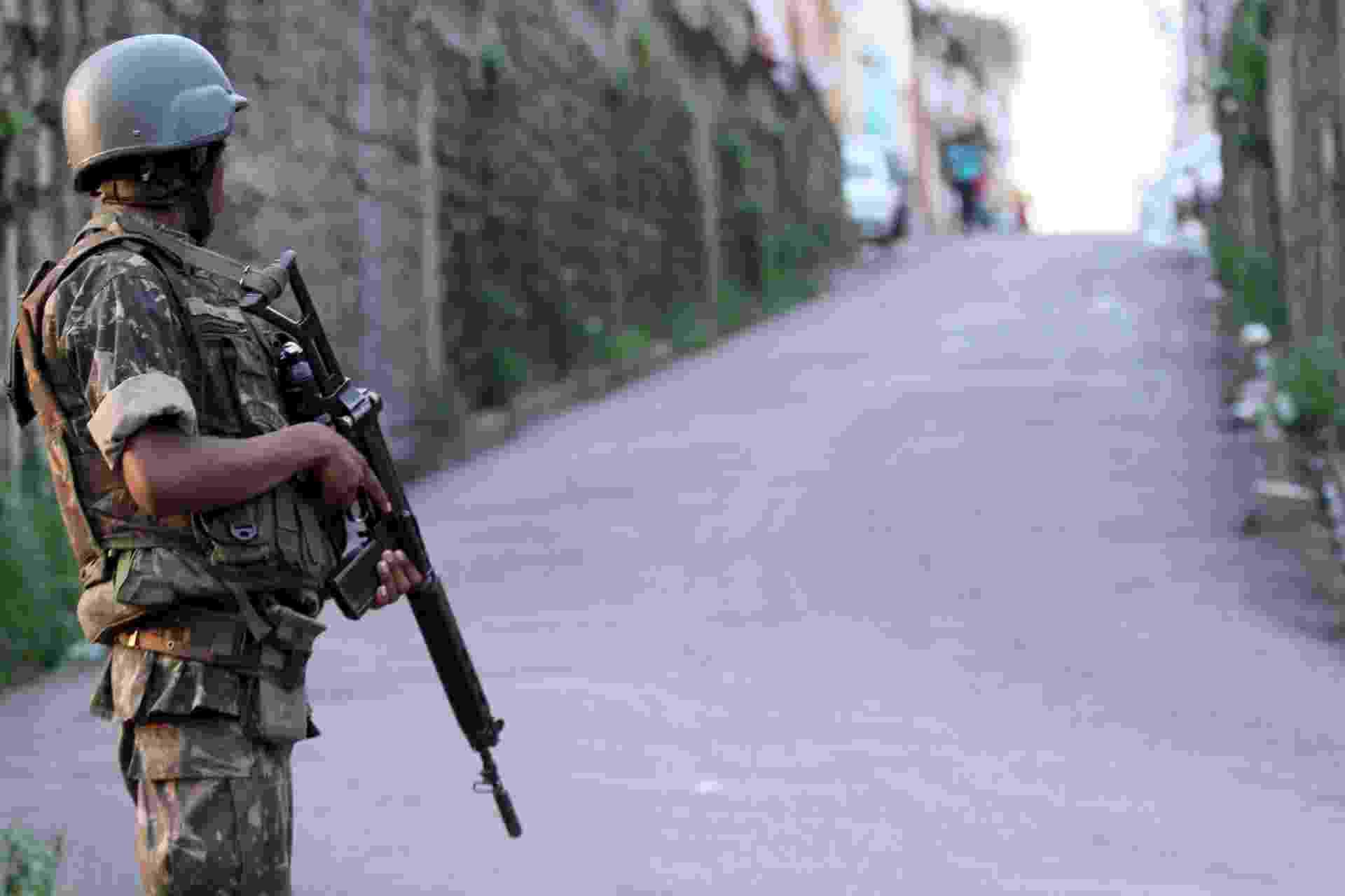 27.out.2017 - Segundo o CML (Comando Militar do Leste), 1.700 militares e dez carros blindados das Forças Armadas participam do cerco às comunidades - José Lucena/Futura Press/Estadão Conteúdo