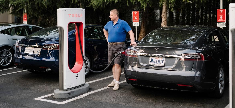 Estação de recarga da Tesla em Mountain View, Califórnia - JASON HENRY/NYT