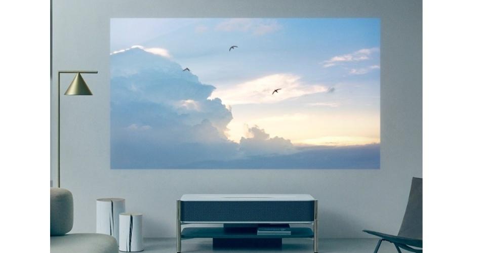 12.jan.2018 - O projetor LSPX-A1 da Sony mostra imagem com resolução 4K de 120 polegadas, traz alto-falantes de vidro e uma base de mármore artificial. Um diferencial é que ele se posiciona abaixo da imagem e bem próximo à parede, enquanto os projetores comuns precisam ficar mais afastados.